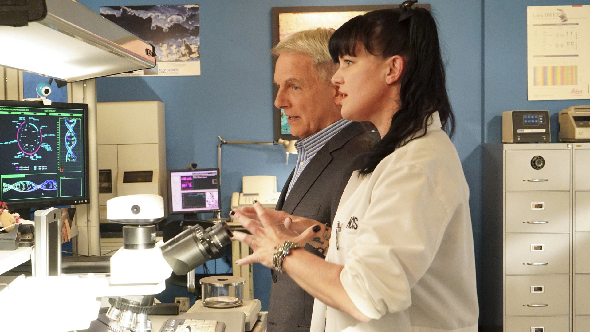 Gibbs and Abby go over the evidence.