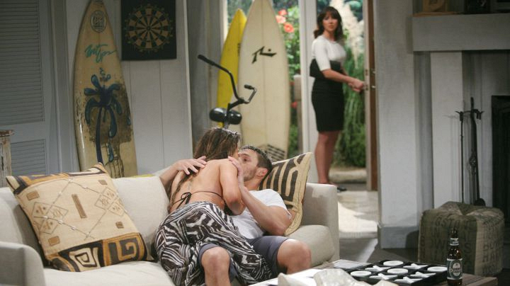 Steffy returns from Paris with seduction on her mind.