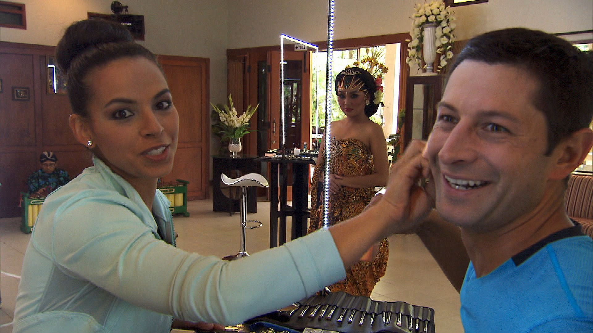 Putting makeup on each other in Season 23 Episode 10
