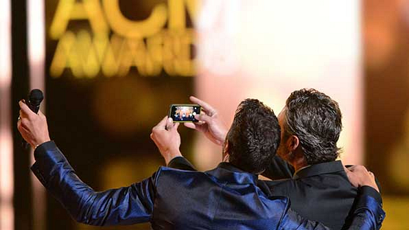 5. When he and co-host Luke Bryan kicked off the night with an adorable selfie.