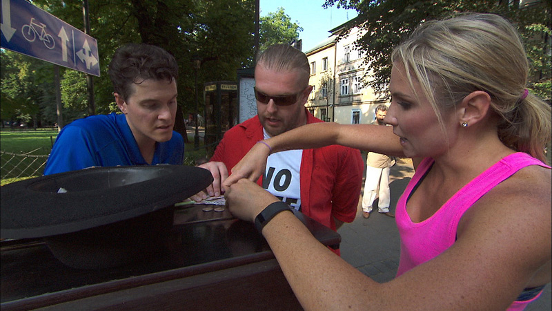 In Detour B, Joey and Kelsey (#TheReporters) attempt to earn 100 Polish złoty, the country's form of