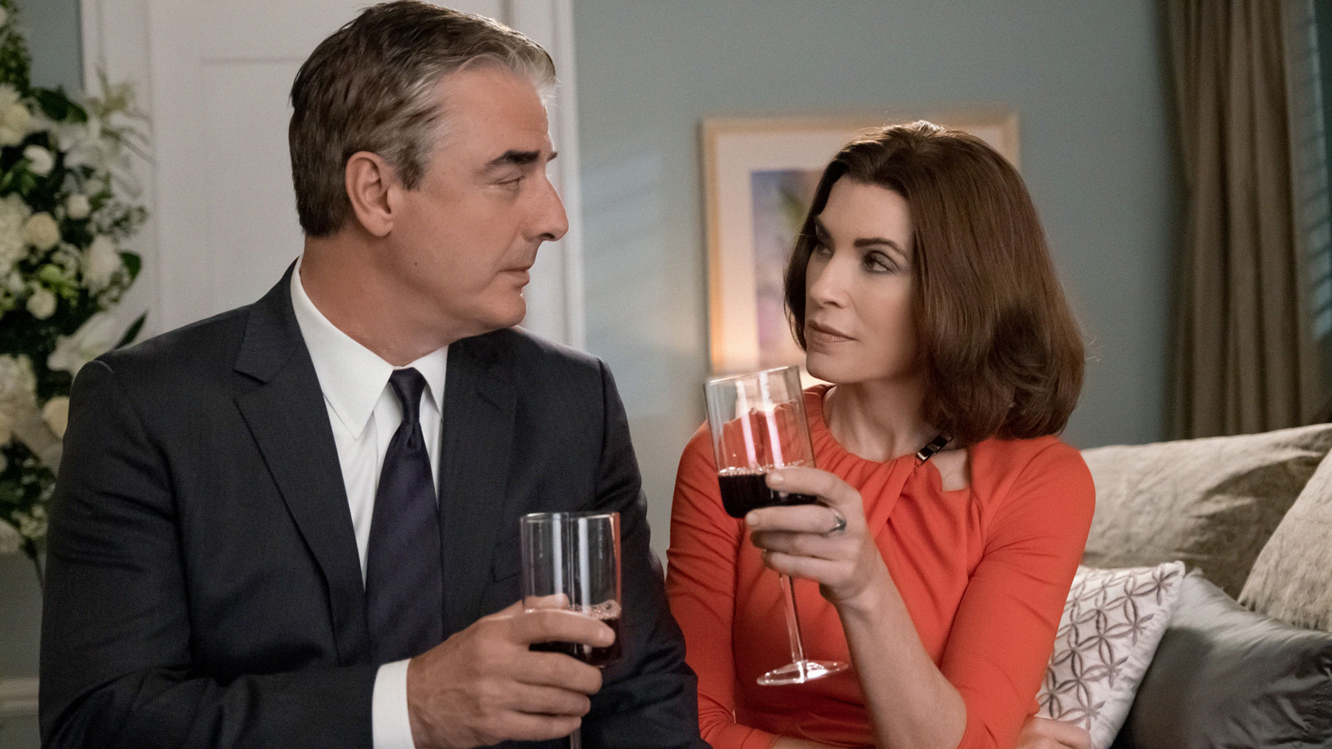 Alicia and Peter have a drink.