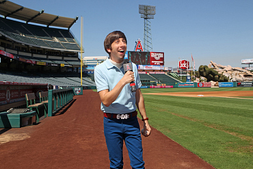 The Big Bang Theory\'s Wolowitz Takes the Mound